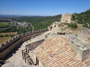 Les ruines de Mornas, surplombant la vallée du Rhône