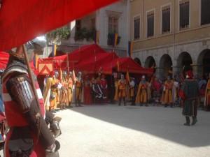 La cour de l'Hotel de Ville, le Pape Clémen et le Roi Philippe...